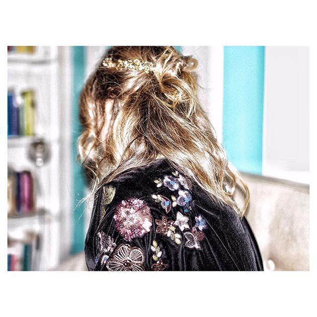 ...H O M E W E A R... when it's that beautiful, you can easily turn it into an evening blazer ✨ ✨✨✨ #embroidery #tiaragirl #zarahome #velvetblazer #mercarriestyle __________________________________________________ #hairstyle #hairaccessories #zaraaddict #holidaylook #eveninglook #styleessentials  #lookdujour #inmycloset #perfectwardrobe #elegant #embroideredblazer #handmade #chic #parisienne #parisianstyle #parisiennestyle #fashionkilla #fashionlover #fashionaddict #fashiondiaries…