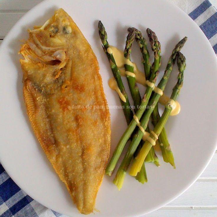 Gallo rebozado con espárragos trigueros al vapor  Fish with asparagus.