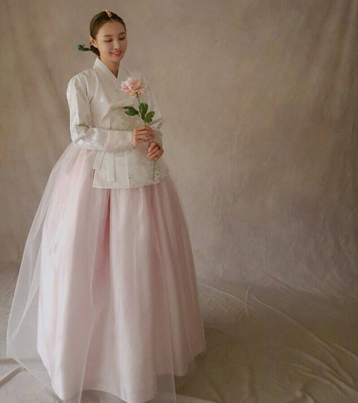 """#스튜디오촬영#당의 #신부한복#신혼 #여신미모#미인 #웨딩촬영#셀스타그램 #스튜어디스#쪽머리 #아름다운우리옷 #korea#thedan ᆞ ᆞ 아름다운…"""""""
