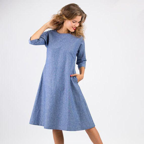 Das Kleid Anna ist ein einfaches leicht A-förmiges Kleid mit Kimonoärmeln und Seiteneingrifftaschen. In der hinteren Mitte wird ein Schlitz mit Schlaufe und Knopf geschlossen. So braucht man keinen Reißverschluss, um ins Kleid zu schlüpfen. Schnittmuster Kleid Anna ist einfach zu nähen. Mehrgrößenschnitt: 34/36/38/40/42/44/46 Stoffempfehlung: leichter Denim, Leinen, Baumwolle Laisa, das Model, ist 170 cm groß und trägt Größe 36. Dem Schnittmuster liegt eine ausführliche Nähanleitung bei. Fü