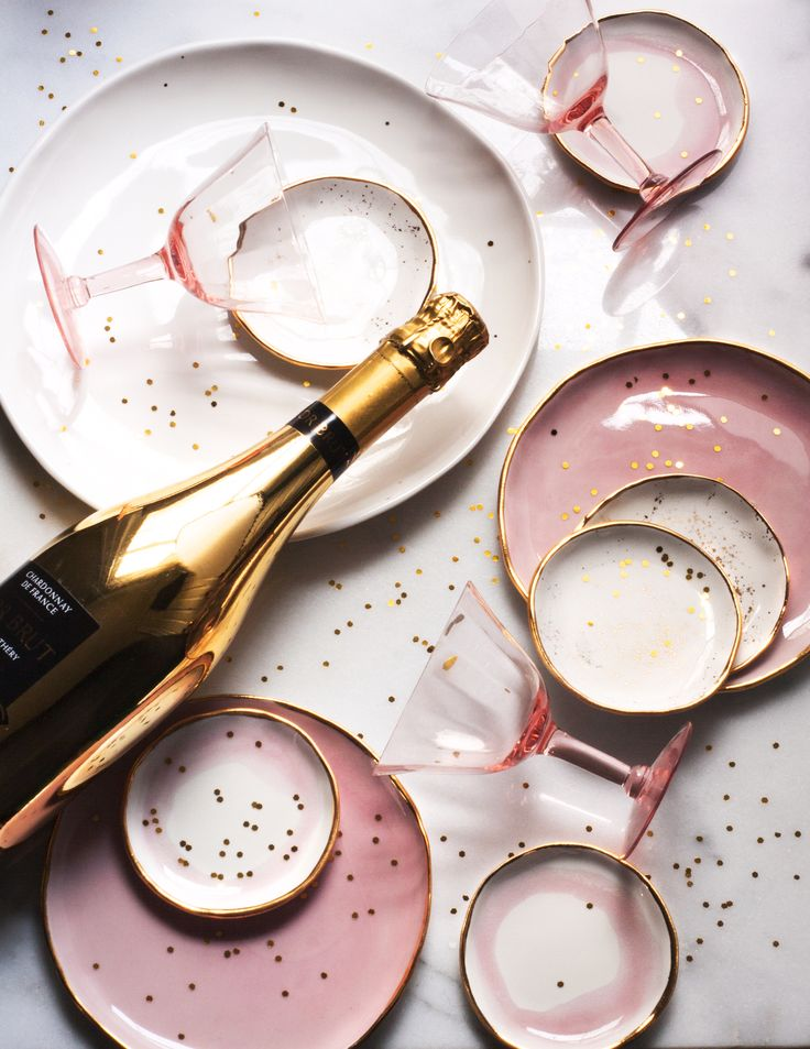 Party time! Opt for champagne bottles that shine, feminine Suite One Studio porcelain and vintage pink glassware for an easy festive look!