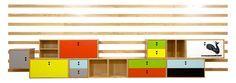 OS MÓVEIS  A coleção é formada por mesas, poltronas, banco, cadeira, raque, estante, bufê, armário e até cabide e lanterna de chão (luminária), dispondo de um total de 18 itens. Em algumas peças, inclusive, foram usadas cordas em fios de pet reciclados.