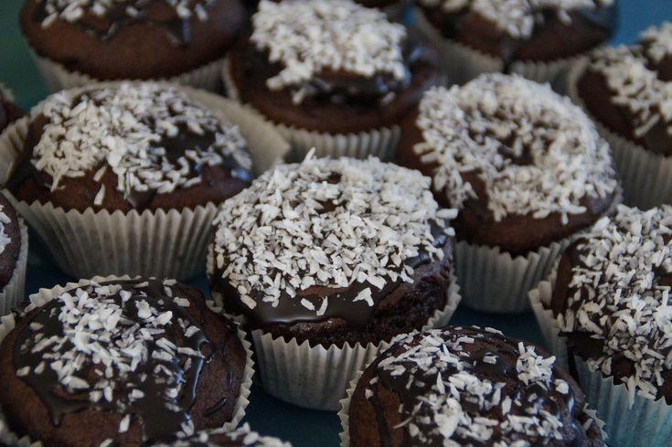 I muffin cioccococco sono una vera delizia: il cioccolato abbinato al cocco grattugiato crea un connubio perfetto. Questi dolci bocconcini sono ideali per la colazione o la merenda e piaceranno a grandi e piccini. Procedimento: Sbattete le uova con lo zucchero fino ad ottenere un composto s