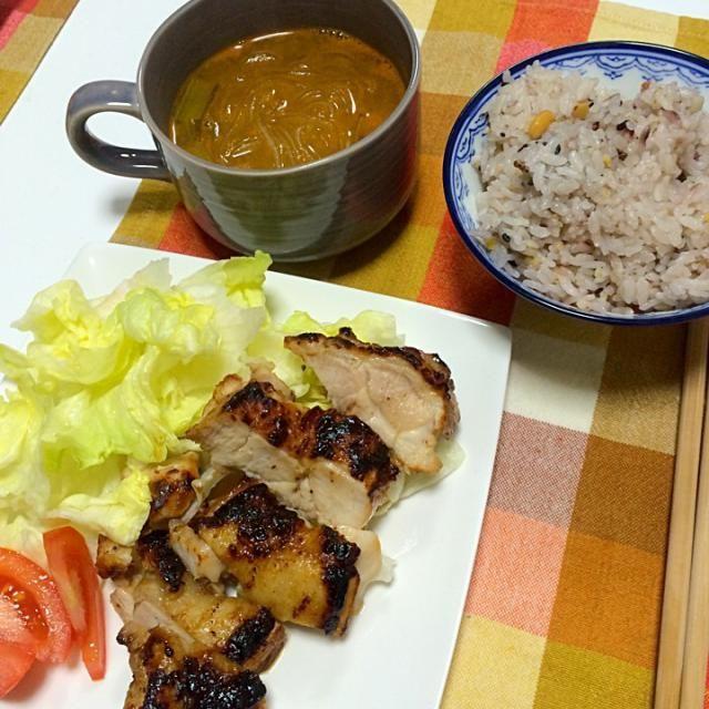 鳥肉にフォークで穴を開けて、調味料へ。30分寝かせる。  調味料 ナンプラー、砂糖、蜂蜜、すりおろし玉ねぎ、黒胡椒 - 7件のもぐもぐ - アジア風チキンソテー、辛い春雨スープ。 by seramari