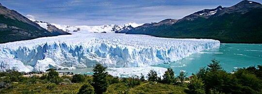 Los glaciares son muy grandes. También son magníficos. Esta muy frío en el sur de Argentina.