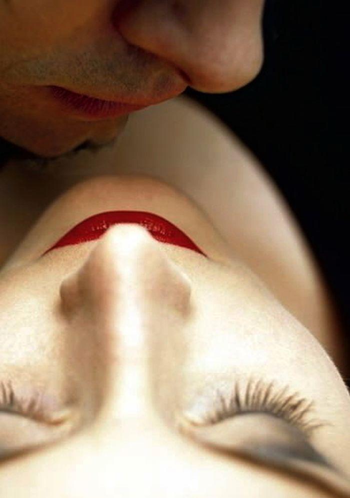 Sin mediar palabra volvió a besarla, pero esta vez no fue tierno, esta vez la besó con pasión.