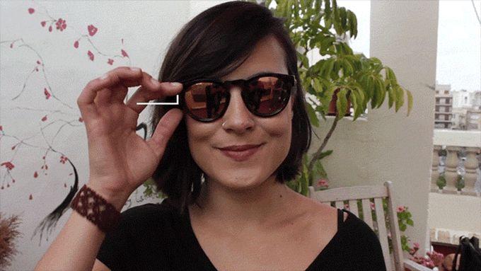 Испанцы придумали альтернативу палкам для селфи. Делать снимки можно с помощью рычажков на дужке очков, которые дистанционно управляют смартфоном.