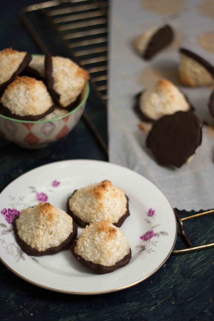 Lækre kokosmakroner med marcipan og chokolade // Coconut macaroons with marzipan and chocolate
