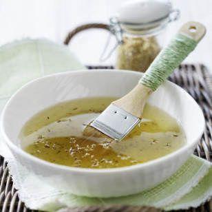 Dank Quark, Honig und Zucker können Sie Handpflege zuhaus ganz leicht selbermachen