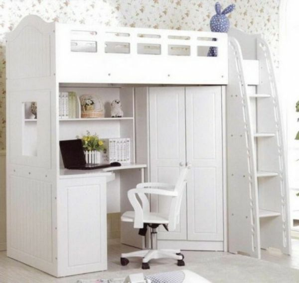 un lit avec armoire et bureau en blanc