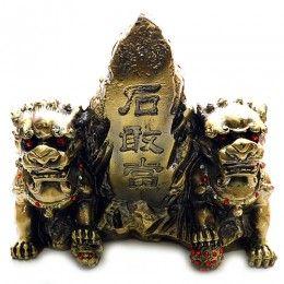 "Aceasta reprezinta o pereche de Caini Fu asezati langa o paitra gravta cu numele chinezesc ""Shi Gan Dang"". Piatra Shi Gan Dang  este un remdiu de protectie impotriva duhurilor rele care intentioneaza sa perturbe familia dumneavoastra, precum si Shar Chi-ul (energiile si sagetile ucigatoare). Perechea mitica de gardieni, amplasata in sediul afacerii dumneavoastra, nu servesc numai la protectia puternica impotriva energiilor negative ci si activeaza norocul."