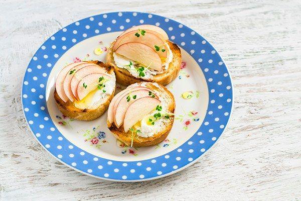 Sanduíche natural de ricota com maçã