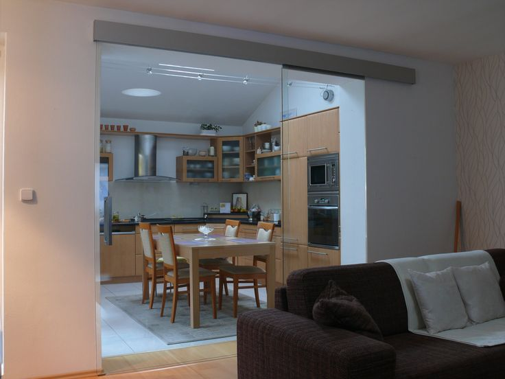 Skleněné posuvné dveře přes boční světlík až na stěnu.