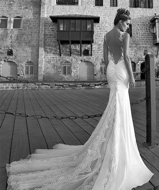 Prachtige mermaid / trompet stijl bruidsjurk gemaakt van satijn. De top is mouwloos met dunne bandjes en heeft een mooie Sweetheart halslijn welke bewerkt is met kant. De jurk wordt helemaal op de hand en op maat gemaakt.