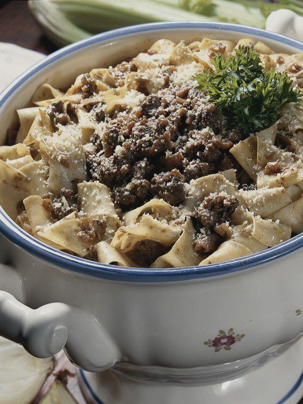 Dalla ribollita al sugo di lepre, dai testaroli ai pangacci, ogni zona della Toscana ha la sua cucina tipica, scopri con noi tutte le ricette