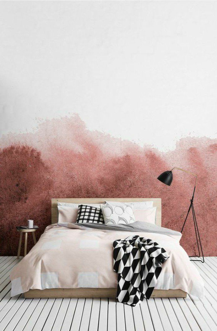 lit en bois clair, mur double couleur blanc et rouge, lampe à lecture noire
