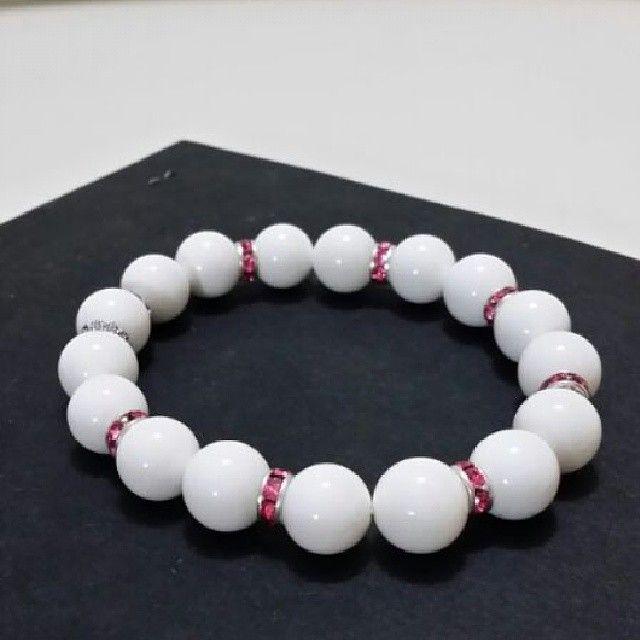Bracciale in perla di conchiglia con rondelle in strass Per info e costi mylovelycreation@libero.it