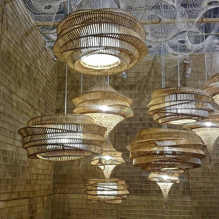 Como não se encantar com as luminárias de bambu produzidas na Ásia? Estas são da empresa tailandesa Korakot. #revistacasaclaudia #maisonetobjetparis #korakot