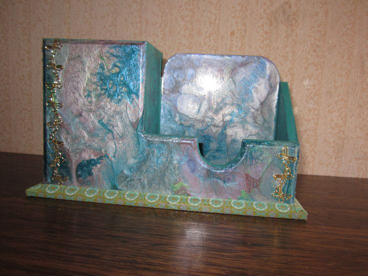 Porta lápiz tarjetero tono verde esmeralda y lila en craquelado, con aplicaciones en washi tape y peel off dorado, pintura pebeo prisme y moon en tonos lilas y verdes.  VALOR $4.000