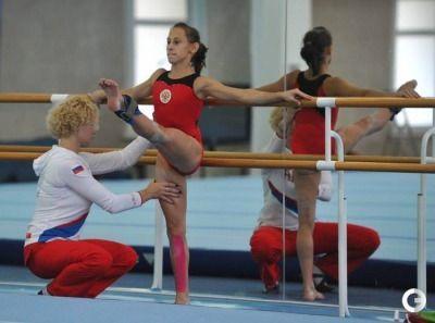 上げた脚をキープしたまま耐えるレッスンが辛そうな女子体操選手