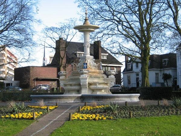De fontein op het van Nahuysplein, tegenover de Sassenpoort, Zwolle