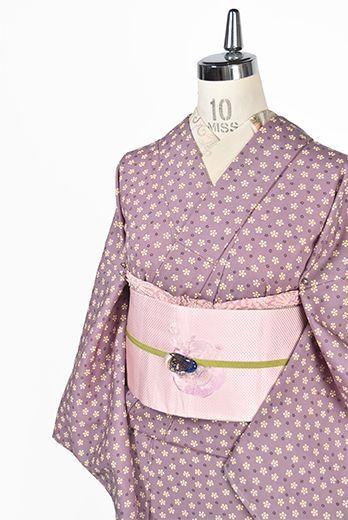 愛らしい梅鉢模様が染め出されたベージュをおびた品の良いスモーキーなラベンダーピンク美しい小紋風のウール単着物です。