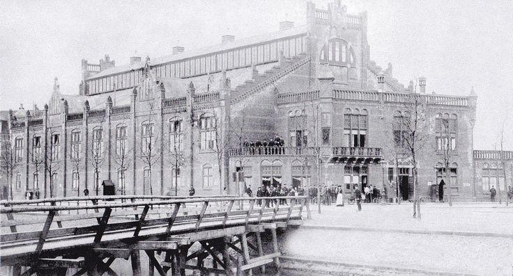 Amsterdam, Foto van de Rijwielschool Velox aan de Hobbemakade Op initiatief van Fietsimporteurs Vrolijk en Timperley kon men in dat gebouw leren fietsen, 1500 m2 Geopend 27 Juli 1898 en in 1912 werd het verbouwd tot het latere bekende Zuiderbad