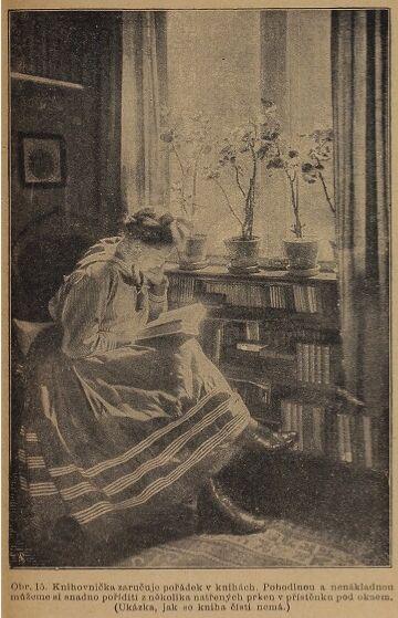 Knihovnička zaručuje pořádek v knihách...