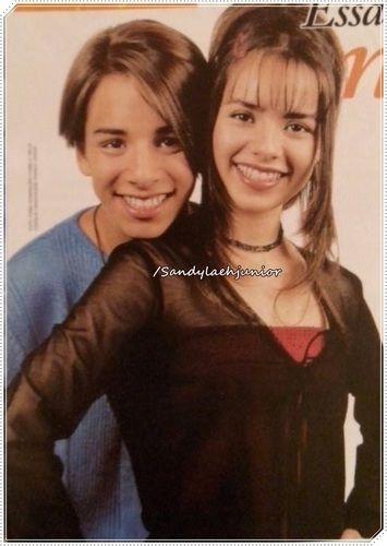 """"""" Sou Brasileira com muito orgulho com muito amor """" : # 741 ________-Sandy & Junior _______ Fiquei apaixonada por essa foto tão Linda Olha o penteado da Sandy Tão Lindo com esses cabelo soltos na parte da frente do rosto do com uma presilha vermelha com o casaco transparente e blusa vermelha ..Ju com queixo no ombro da irmã ... _______ Sou Brasileira com muito orgulho com muito AMOR <3 . David Luiz Boa sorte no jogo de hoje .. http://www.fotolog.com/karinagaedk..."""