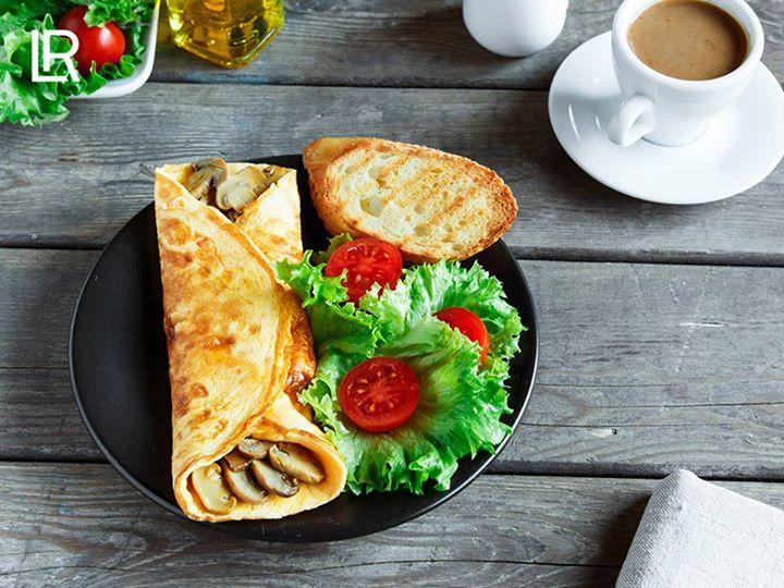 Vad blir det till middag?  Har du bestämt dig för en hälsosammare meny och har svårt att variera dig? Vad sägs om dinkelpannkakor med sesam och svamp samt en krispig sallad?  Ingredienser för 2 personer Till degen: •1 ägg •100 g dinkelfullkornsmjöl •150 ml mineralvatten med kolsyra •2 nypor salt med jod •1 nypa peppar  Till fyllningen: •1,5 salladslök •250 g champinjoner •1 msk olja •75 g ricotta •1 msk sesamfrön •70 g gräddfil (10% fett) •70 ml mellanmjölk  Tillagning  Knäck ägget i en…