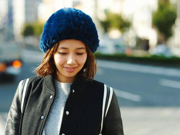 ファーが全面にあしらわれたボリューミーな帽子は、前髪をあげてスッキリと見せることで、スタイリッシュなムードに。帽子のインパクトに負けないよう、毛先を巻いて顔周りにも動きを出すことで、バランスの取れたスタイルに仕上がる。他のレングスに比べアレンジの幅が狭いボブヘアは、ワックスやシアバターを使ってジェリーなヘアにチェンジするなど、質感で遊び心をプラスするのも◎。