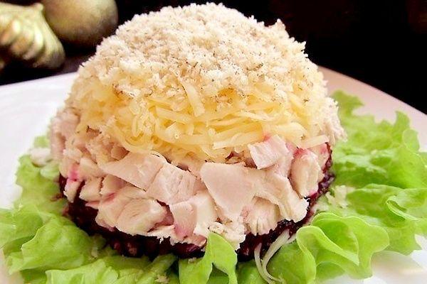 Слоеный салат с курицей и свеклой и грецкими орехами | Печем и варим