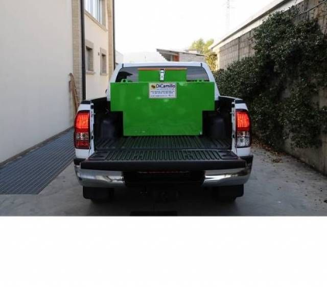 Diesel box. DIESEL BOX –Szállítható üzemanyag tartály LEÍRÁS: A termék szénacélból készült. Tank szállítására üzemanyag a teljes rendszer szerinti mentesség bekezdés 1.1.3.1C normatív ADR, szénacélból átmérőjű 30/10, pneumatikus emelő sapka, csavarok...