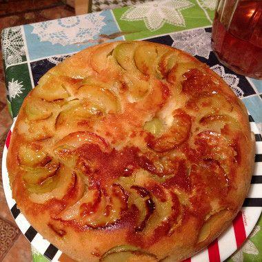 Яблоки очистить от кожуры, семенных коробочек и нарезать ломтиками.