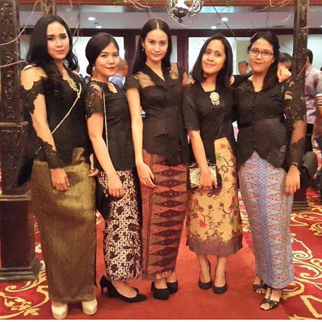 model-kebaya-batik-hitam-batik.jpg (640×640)