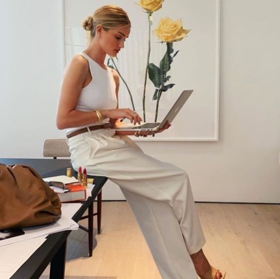 Rosie Huntington-Whiteley in all white with tan leather accessories- easy chic summer work style outfit Rosie Huntington Whiteley, Rosie Whiteley, Mode Outfits, Fashion Outfits, Fashion Clothes, Fashion Styles, Dress Fashion, Fashion Bags, Fashion Fashion
