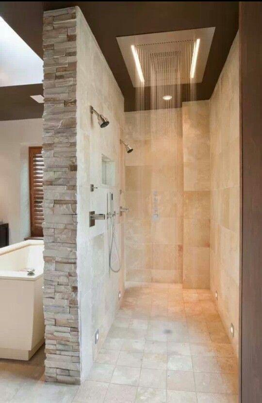 Ruwe muurbricks op scheidingsmuur bad douche