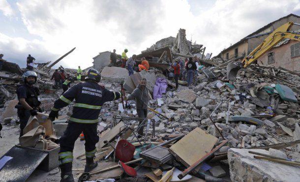 Por qué ha ocurrido el terremoto de Italia?   Un terremoto en Italia de magnitud 62 ha sacudido el centro del país.  El movimiento de las placas tectónicas de esta región responsable del temblor que ha dejado al menos 120 muertos.  Un seísmo de magnitud 62 sacudió a las 3:36 h el centro de Italia provocando al menos 120 muertos y decenas de desaparecidos. El terremoto de Italia ha ocurrido entre las provincias de Rieti y Ascoli Piceno a una profundidad de 4 kilómetros de la superficie según…