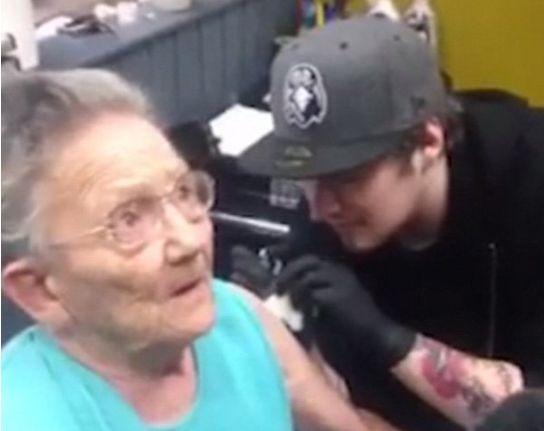 Nonna ribelle di 79 anni scappa dall'ospizio per farsi il primo tatuaggio  / GUARDA - http://www.sostenitori.info/nonna-ribelle-79-anni-scappa-dallospizio-farsi-primo-tatuaggio-guarda/256769