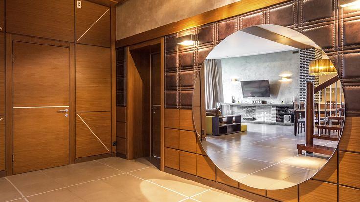Элитная двухуровневая квартира с эксклюзивным дизайнерским ремонтом, брендовой мебелью, техникой, декором производства Италии и Германии. Из окон открывается красивый вид на внутренний двор с ландшафтным дизайном. Территория дома оснащена системой видеонаблюдения. Проживание в этой стильной и современной квартире позволит Вам наслаждаться комфортной жизнью в элитном клубном доме со своей закрытой территорией!
