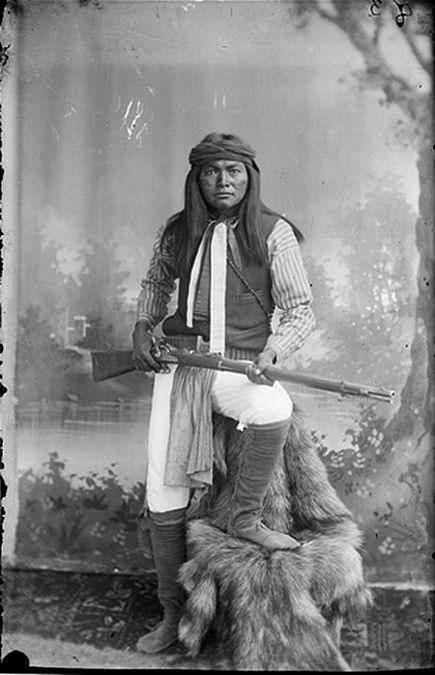 Esh-kin-tsay-gizah (Mike) White Mountain Indians; Al-chi-say's band