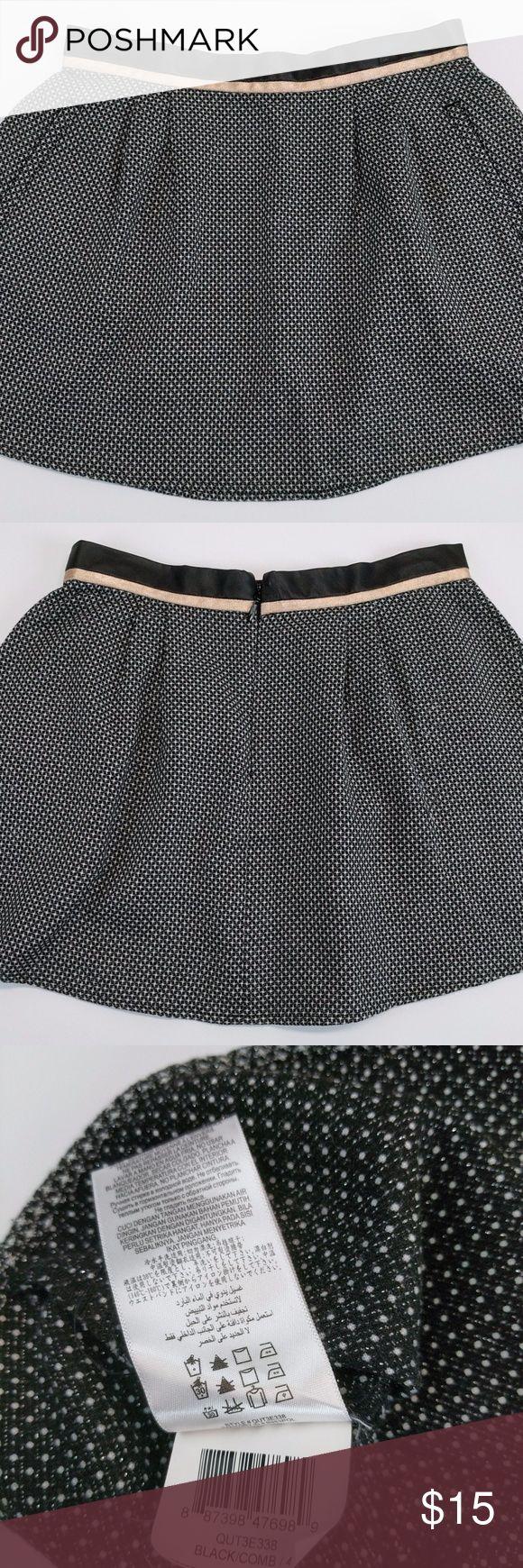 BCBGeneration Skirt Sz 4 Circle Mini Comb Pattern Black & White  Welt Pockets  Tag Size: 4 Waist - across waistband, doubled: 28 Hips - across, doubled: 44 Length - top to bottom: 15 Leg Opening - across bottom: 28  [05861] BCBGeneration Skirts Mini