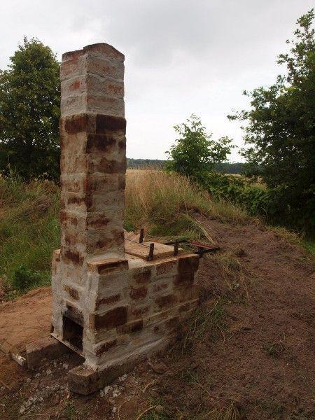 Ein kleiner Keramik-Brennofen für Raku. Zweischalig aufgebaut aus -sehr alten- Ziegelsteinen und Schamott-Steinen aus einem abgebrochenen Kachelofen. Das Fundament besteht aus zwei alten Betonsäulen. Die Temperatur lässt sich relativ gut regeln, ein erster Schrüh-Brand verlief erfolgreich. Mehr Bilder auf der Seite. #holzbrennofen #keramik #kiln #woodfired