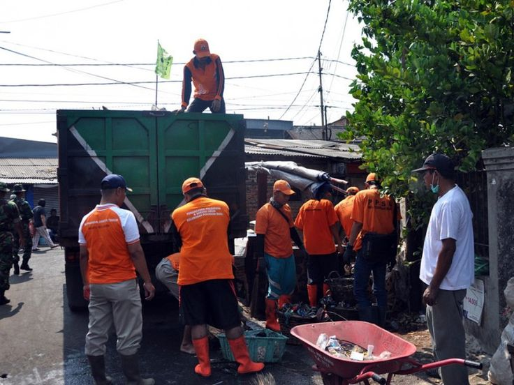 Untuk mengakut sampah dikerahkan tiga truk dari Sudin Kebersihan Jaktim