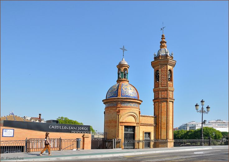 The Capilla del Carmen or chapel of the Virgen del Carmen is a picturesque little chapel in Seville is located at the extremity of Elizabeth II Bridge, also called Puente de Triana. It was built in 1928 by the architect Aníbal González. Built of natural brick and ceramic of Triana is a pretty small architecture. As for Plaza de España, Anibal Gonzalez has collaborated for this work with the ceramist Emilio Garcia. ----------- La Capilla del Carmen ou à la chapelle de la Virgen del Carmen…