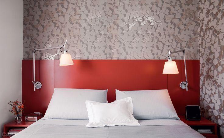 A cabeceira vermelha é o centro das atenções neste quarto de casal. O restante do ambiente vem no branco e cinza clarinho. O papel de parede floral é um charme a parte, assim como as luminárias de leitura ...(bedroom neutro)