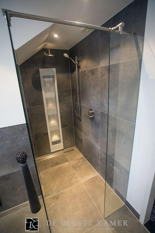 (De Eerste Kamer) Geniet van deze wellness douche! Warm, ruim en heerlijk luxe. Meer inspiratie vindt u op www.eerstekamerbadkamers.nl