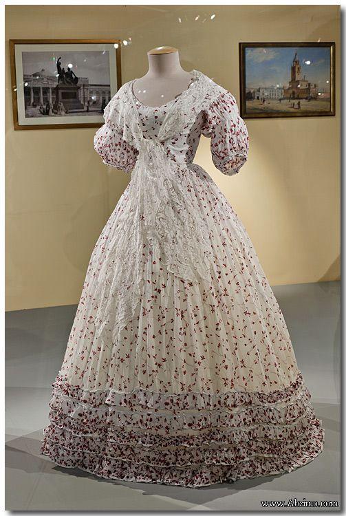 http://abzimo.livejournal.com/28568.html  Платье дамское Линобатиста, отделка рюшами из основной ткани Франция. 1850-е годов Принадлежало семье баронессы Бетти Гойнинген-Гюне Из коллекции Александра Васильева