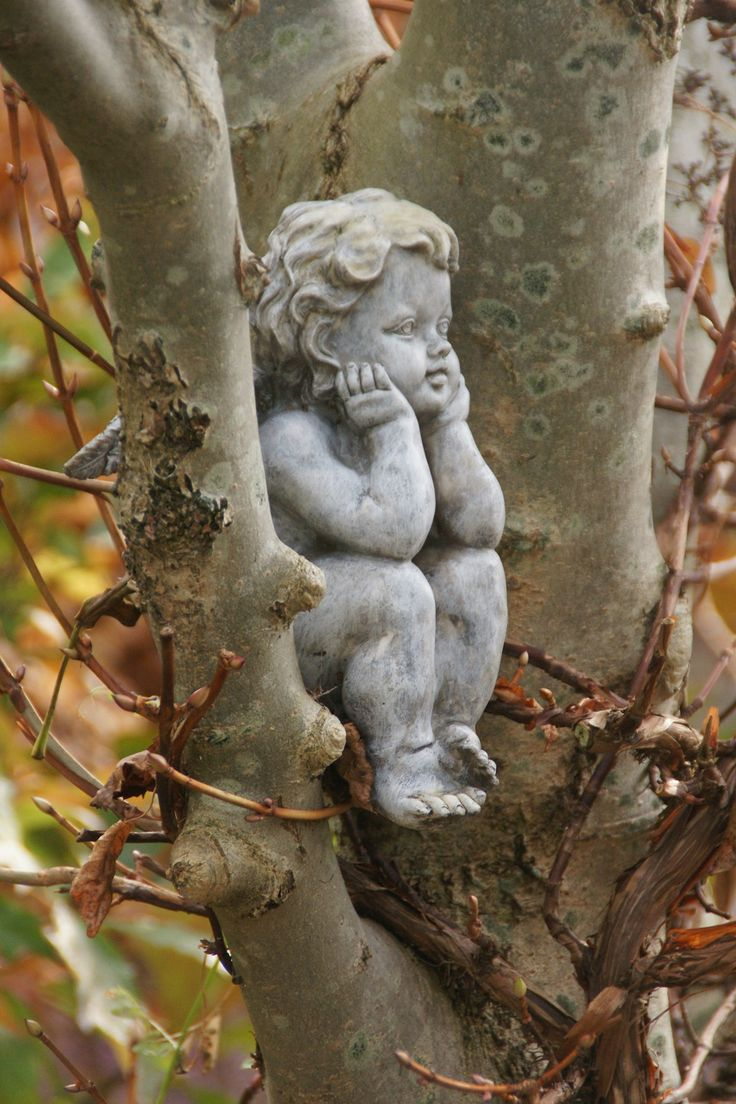 zamyślony anioł na drzewie tylko w Ogrodach Hortulus w Dobrzycy