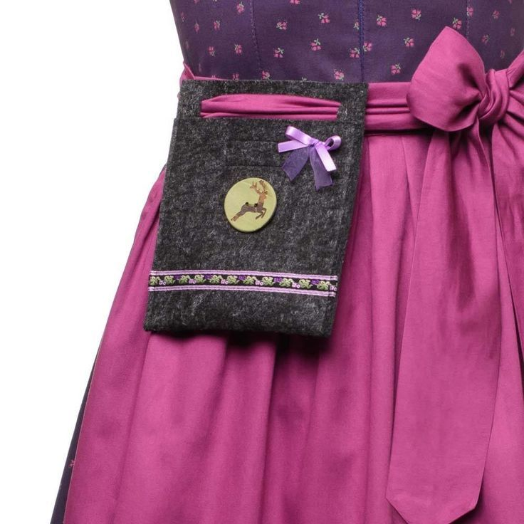 Die #TrachtenBrummsel ist die perfekte Handtasche zum #Dirndl. Als ebenso schmückendes wie praktisches Accessoire hast Du mit der kleinen #Dirndltasche immer die Hände frei. Das Modell ANNA ist perfekt abgestimmt auf das lila Dirndl ANNA von TrachtenBrummsel.
